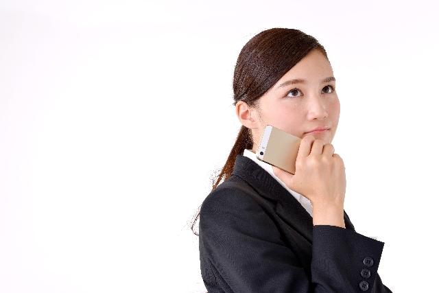 電話占いのマイナス要素を考える女性
