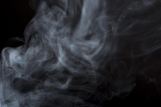 鑑定の準備でお香の煙が舞う風景