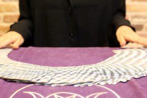 カードのシャッフルが終わりテーブルに並べる場面