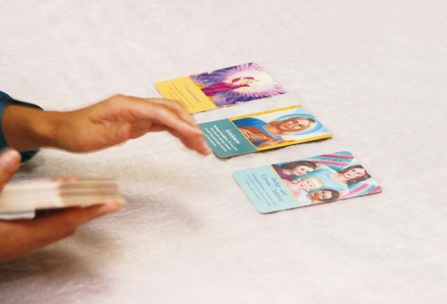 3枚のカードを並べる場面