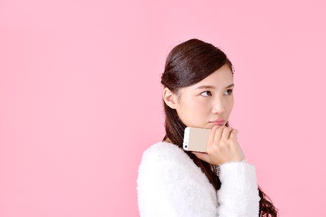 長時間、占ってもらった代償の高額請求に頭を悩ます女性