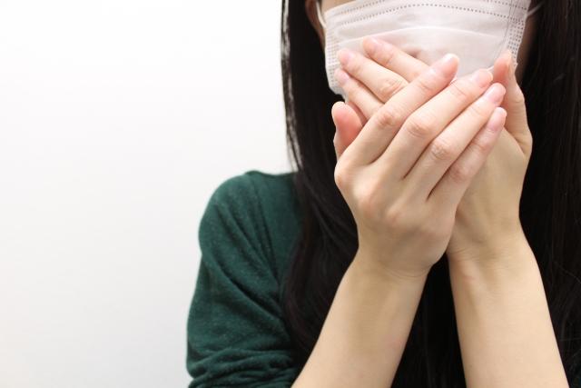 素性を隠すため顔を隠す女性