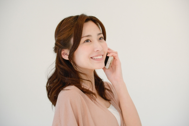 番組から掛かってきた携帯に出て挨拶をする女性