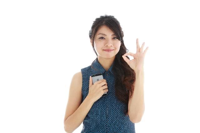 電話占いの相談で問題が解決した笑顔でピースの女性