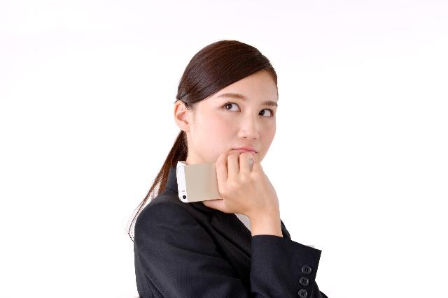 仕事上の悩みを抱えるOL女性