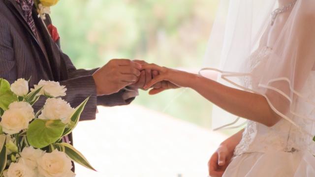 結婚指輪を付ける新郎新婦の風景