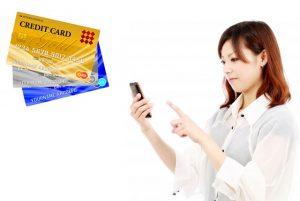 電話占いで決済しようとする女性とクレジットカード
