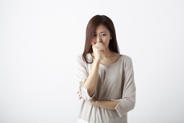 別料金で祈願・祈祷を勧められて困惑する女性