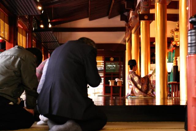 神社で祈祷してもらう人