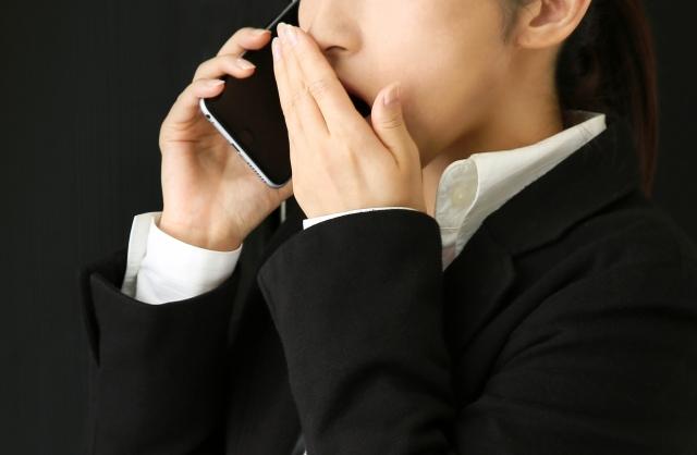 電話で祈祷を勧められる女性