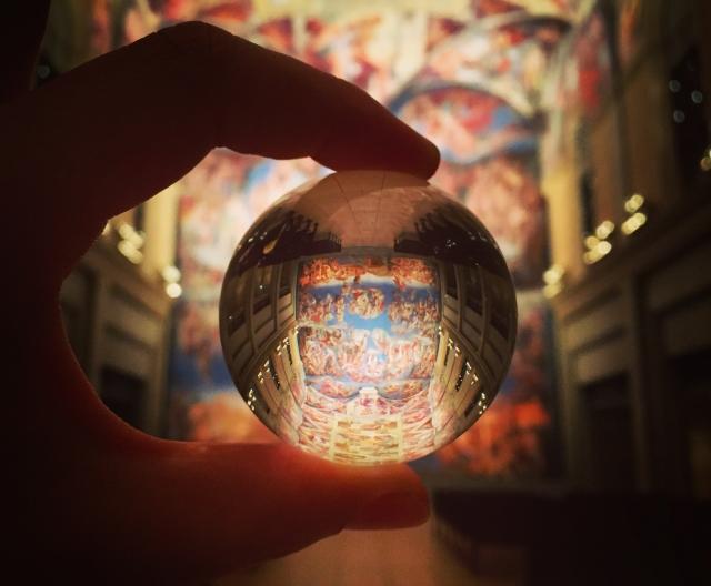 霊感で見えるはずのない世界を映し出す占い師の手中をイメージ