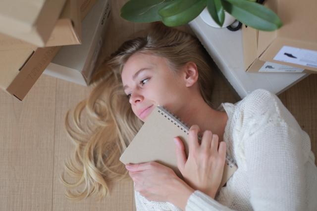 施術後、自宅でリラックスした表情を浮かべる女性