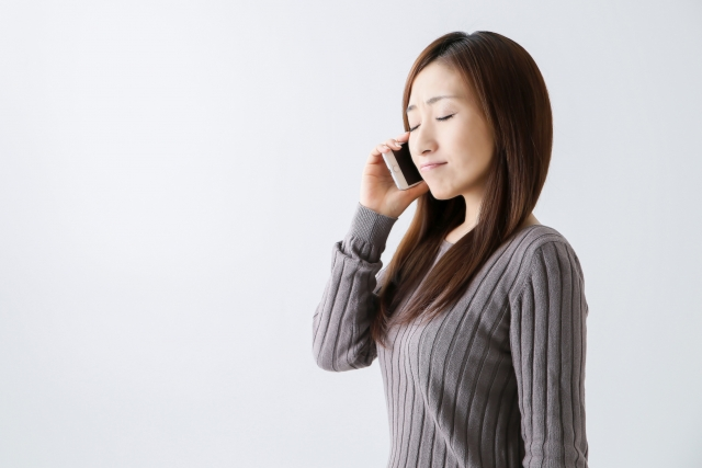 電話占いで人生相談する女性