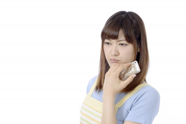離婚を考えている深刻な主婦の表情