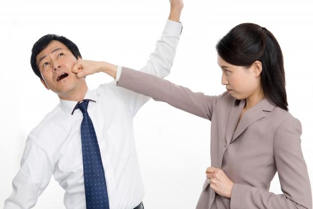 不倫男性をグーパンチする女性
