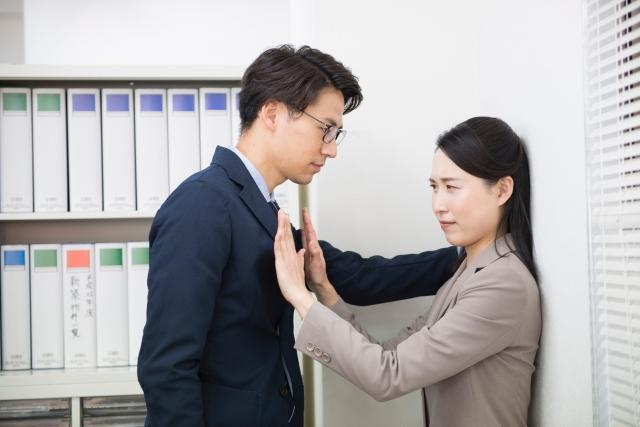 職場で壁ドンされて、不倫男性に口説かれる女性