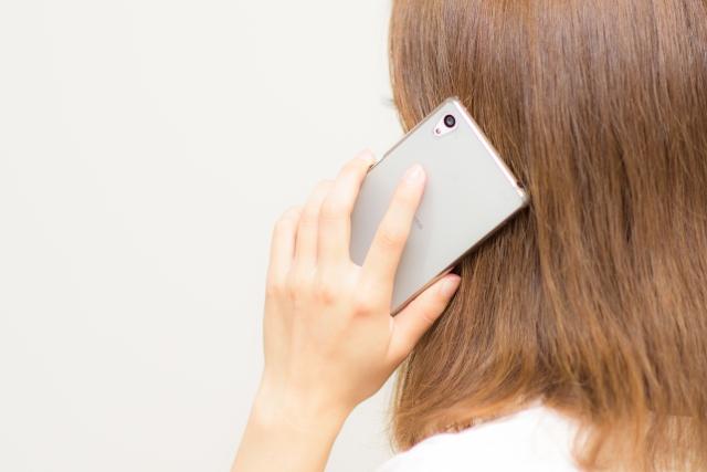 電話占いで失恋の悩みを打ち明ける女性
