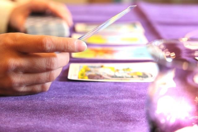 占い師の技法の例としてタロット占いをしている風景をイメージ