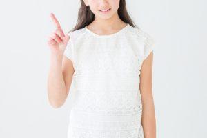 指差ししポイントを強調する女性