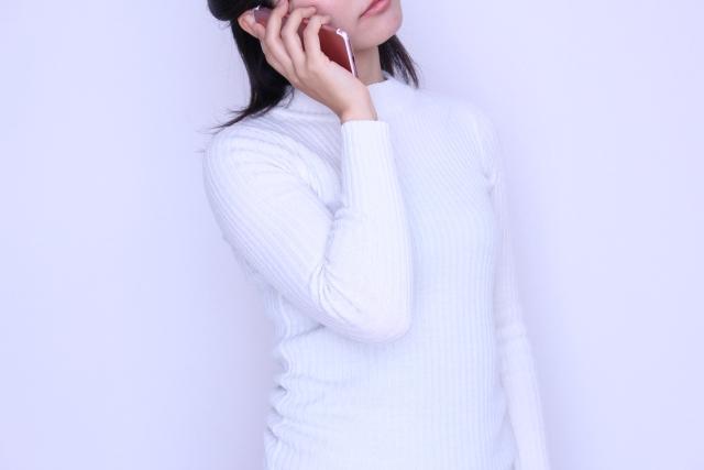電話占いで相談、通話中の女性