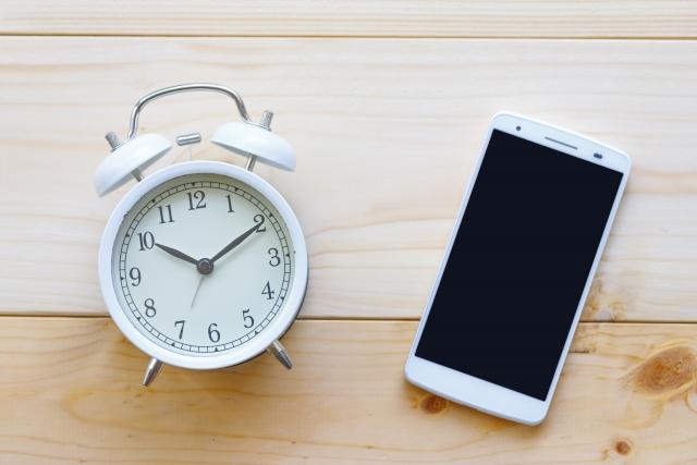 スマホと時計、時間帯のイメージ