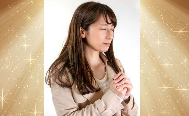 願望成就を祈る女性に神々しい光が降り注ぐ様子