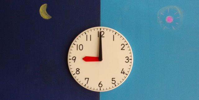 昼夜の時間帯をイメージさせる時計