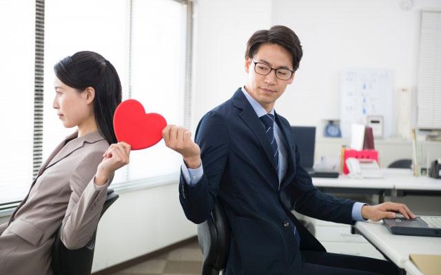 職場でこそり不倫の関係を続ける男女