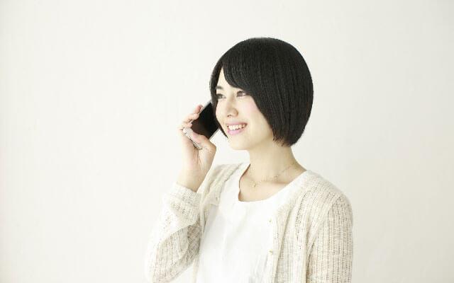 電話占いで復縁の相談をする女性