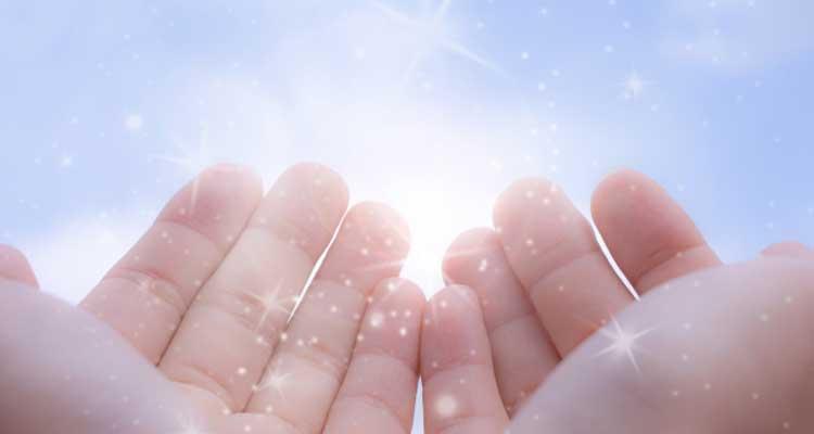 手のひらから光が溢れる
