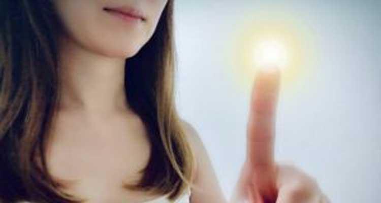 女性の指の先から不思議な光が放たれる=テレパシーのイメージ