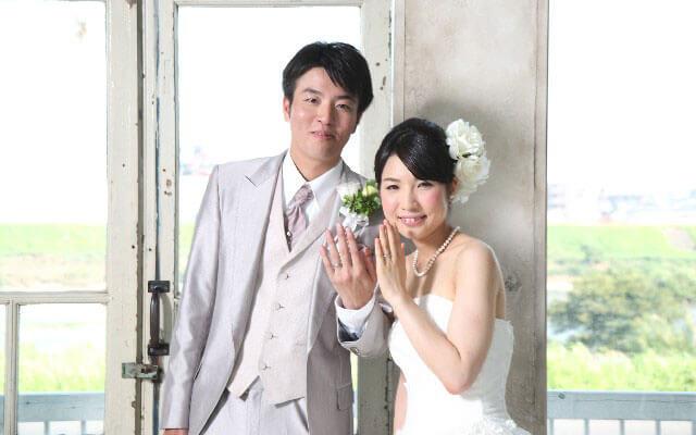 結婚式で夫婦となった男女