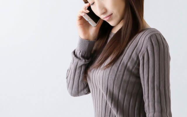 電話で人生相談をする女性