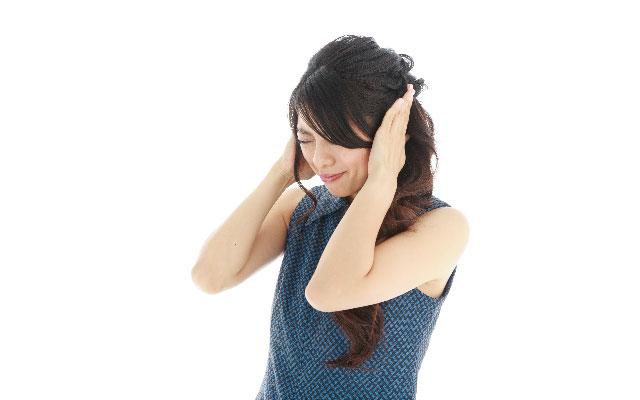 解決できない人間関係に頭を抱える女性