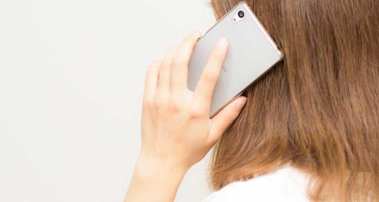 電話越しに鑑定を受ける女性のイメージ