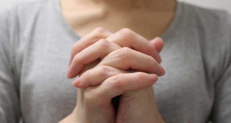 祈りを捧げる女性1