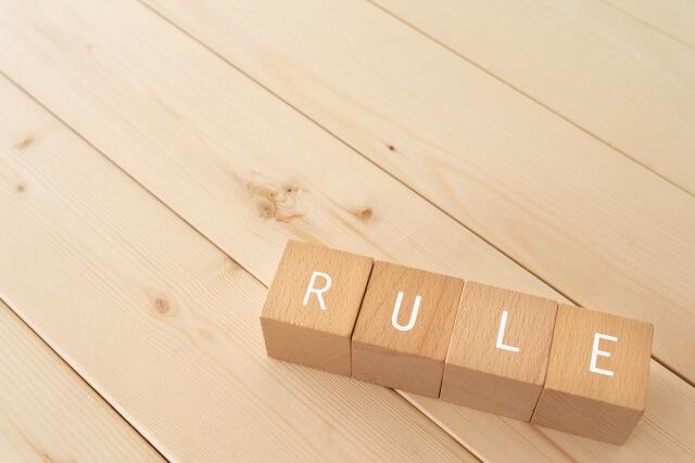 「RULE」と書かれた積み木