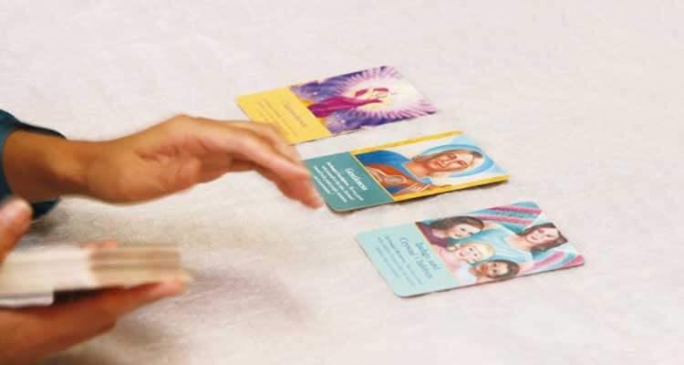 現れたカードの結果を読み解いていく情景