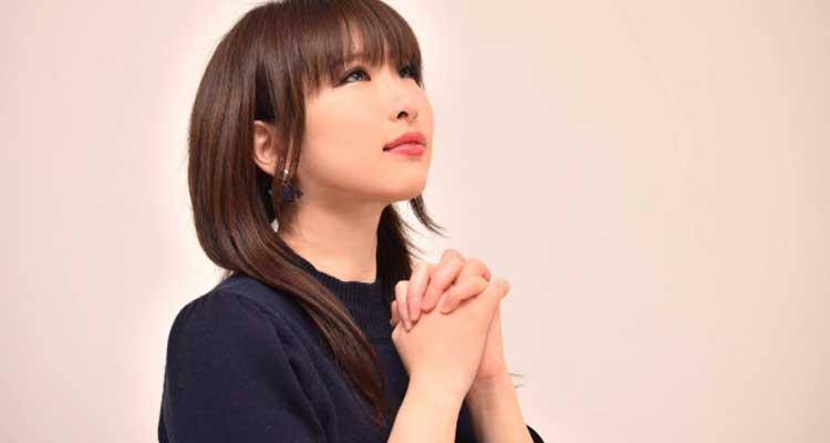 祈りを捧げる女性2